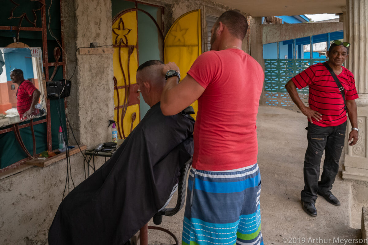 Sidewalk Haircut, San Antonio de los Baños